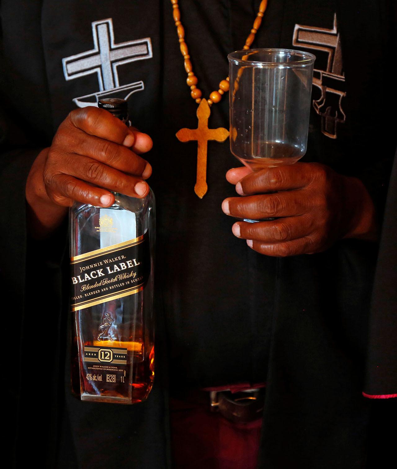 Increible. descubre la iglesia de borrachos africana que conmemora misas y bautizos tomando cerveza