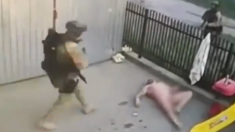 VÍDEO. Intento escapar desnudo de la policía y Cayo en Karma Instantáneo OMG.