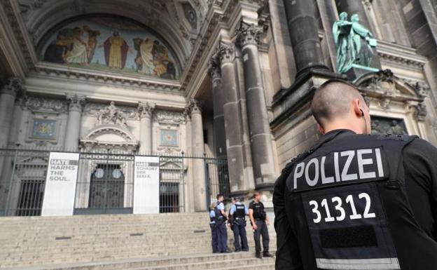 Cruce de balas en Berlín deja 2 hombres heridos