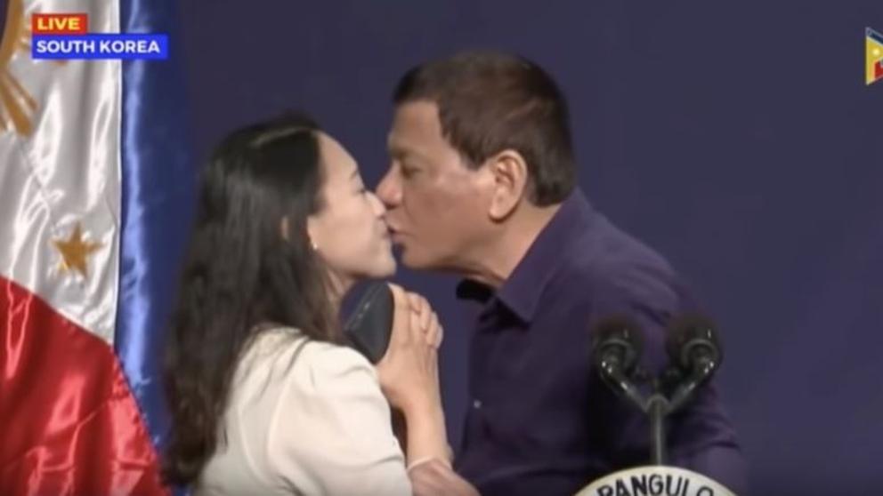 VÍDEO. Presidente Filipino Duterte besa a joven en la boca en pleno mitin político