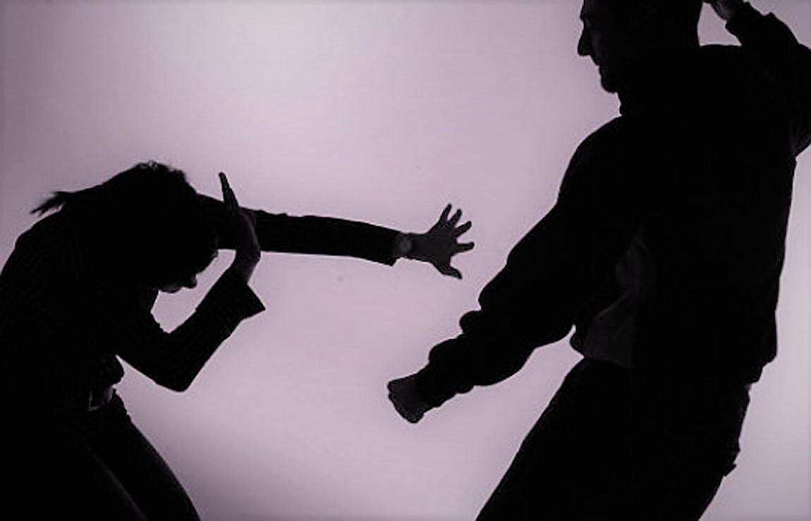 INCREÍBLE. Un transeúnte noquea de un fuerte cabezazo a un hombre que golpeaba a una mujer en publico. Vídeo
