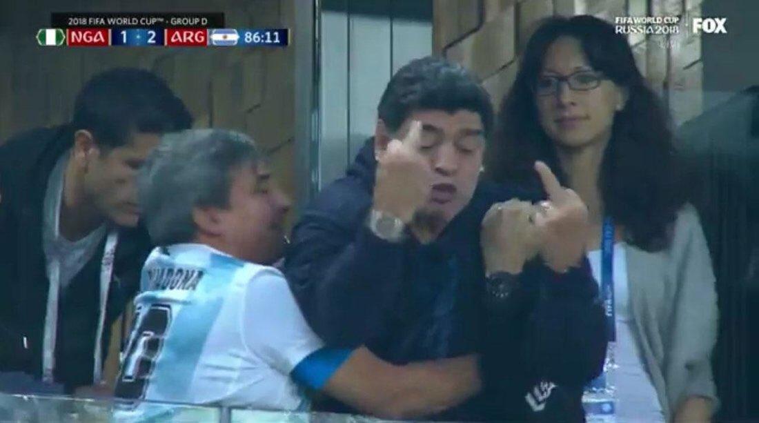 Maradona desata una fiesta de Memes por su frenética actitud en el Nigeria Argentina