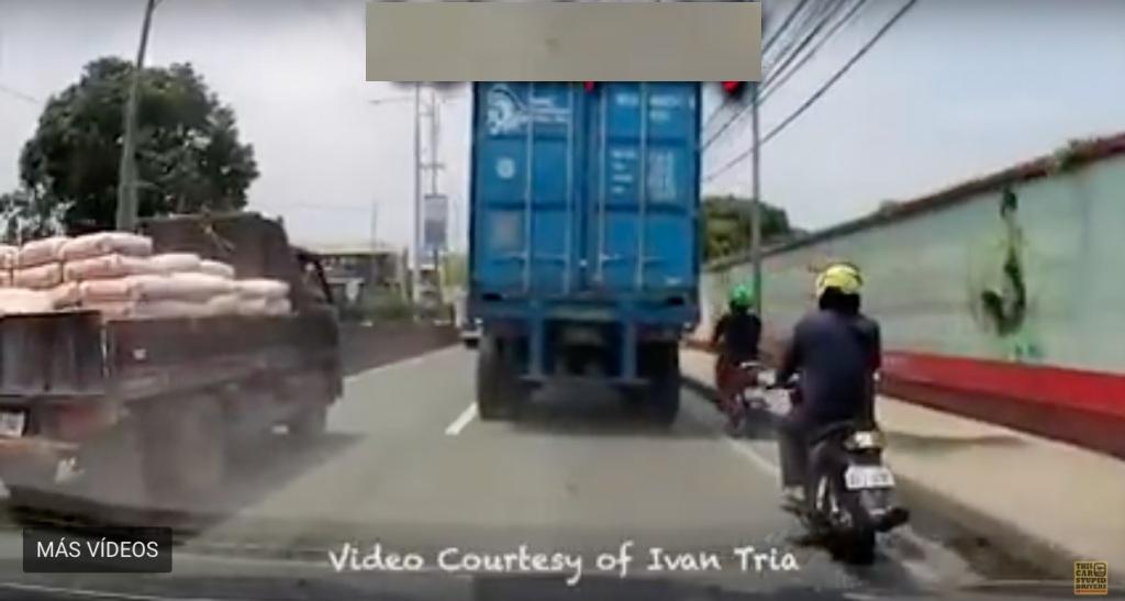 El espantoso vídeo de un camión pasando por la cabeza de un motociclista