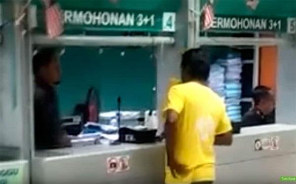 'VIDEO' Oficial de migración golpea un extranjero y recibe su castigo contundente
