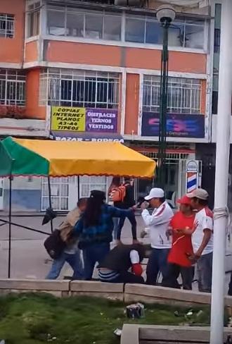 'VIDEO' Hinchas peruanos discuten y uno cae de cabeza en una pileta