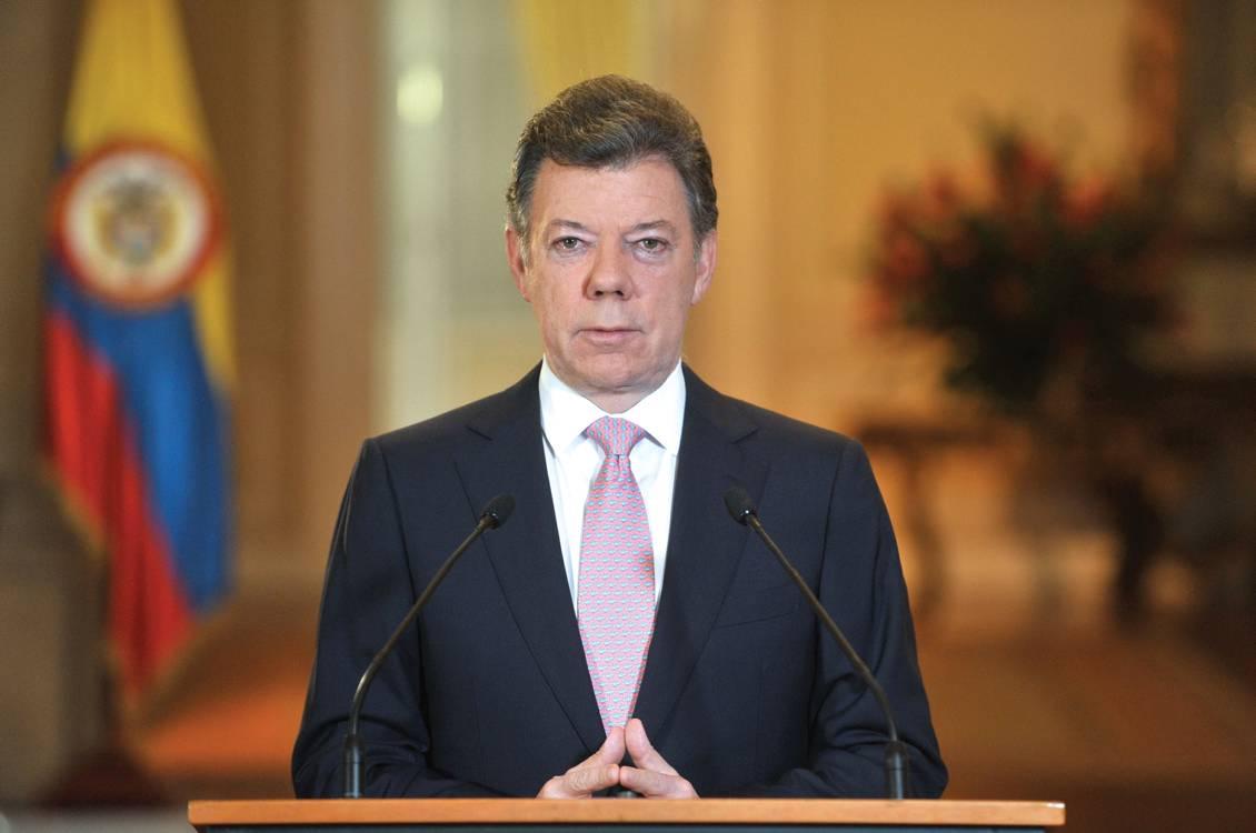 Santos firma decreto para regularizar situación de venezolanos en Colombia