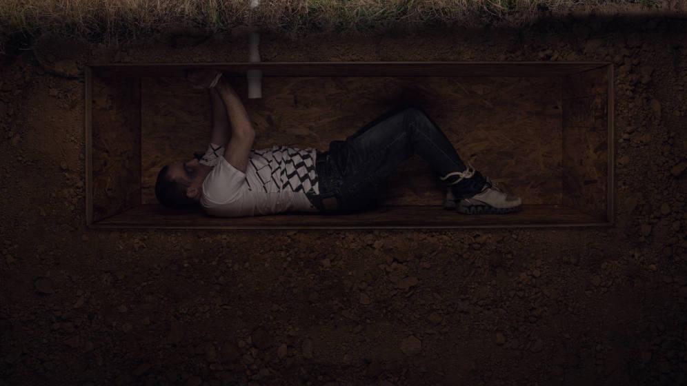 'VIDEO' Hombre es enterrado vivo bajo una carretera y peor aun 'con su aprobación'