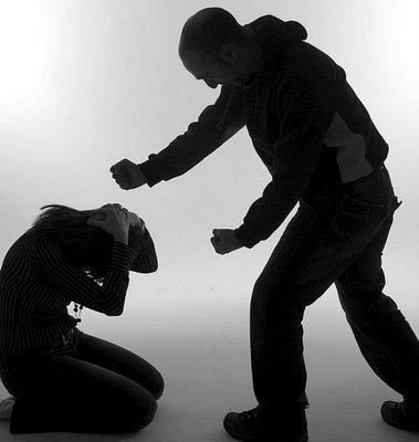 'VIDEO' Anciano golpea a una mujer que no le quiso ceder el puesto