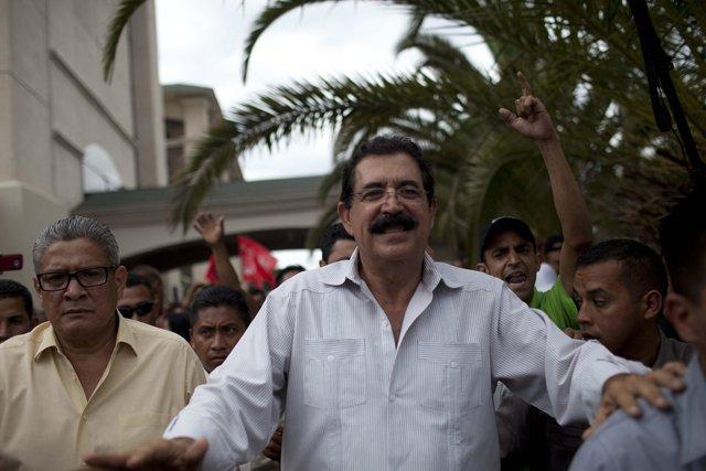 Zelaya encabeza marcha en apoyo a misión anticorrupción de la OEA en Honduras