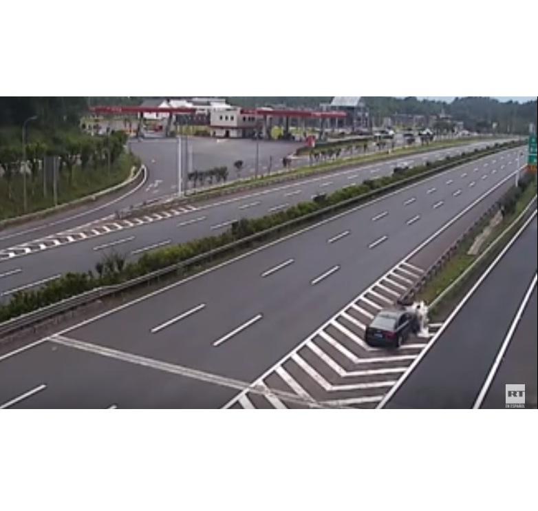 'VÍDEO' Conductor dormido ocasionó fuerte accidente en plena vía en China