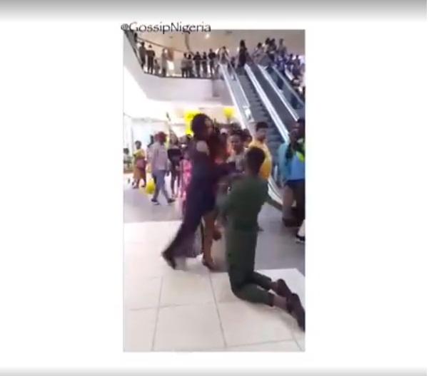 'VÍDEO' Le pidió matrimonio a su novia en publico y pasó la peor vergüenza del mundo