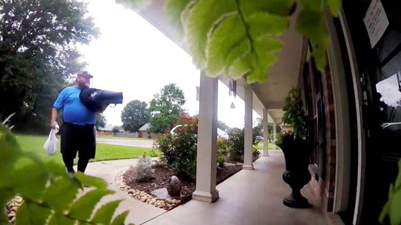 VIDEO. Ve como este repartidor de pizza hace una entrega de manera peculiar
