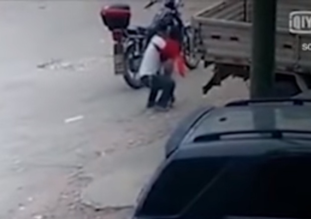 'VÍDEO' Traficante de órganos secuestró a una menor mientras ella le vendía 'snacks'