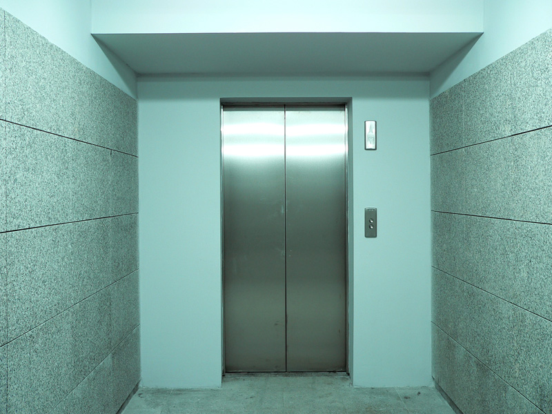 'VÍDEO' ¡Increíble! Pequeña se ató una cuerda en la cintura y puso el marcha en ascensor