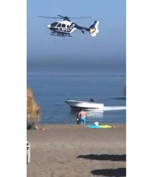 'VÍDEO' Helicóptero persigue a lancha, sorprendiendo a bañistas en playa de España