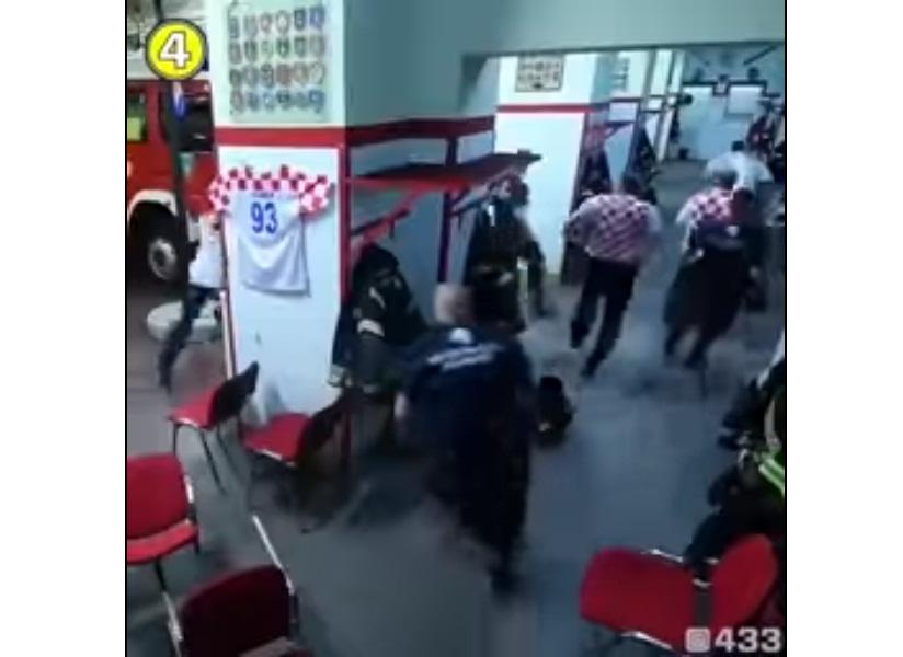 'VÍDEO' La reacción de estos bomberos al escuchar la alarma de emergencia mientras veían el partido de su selección