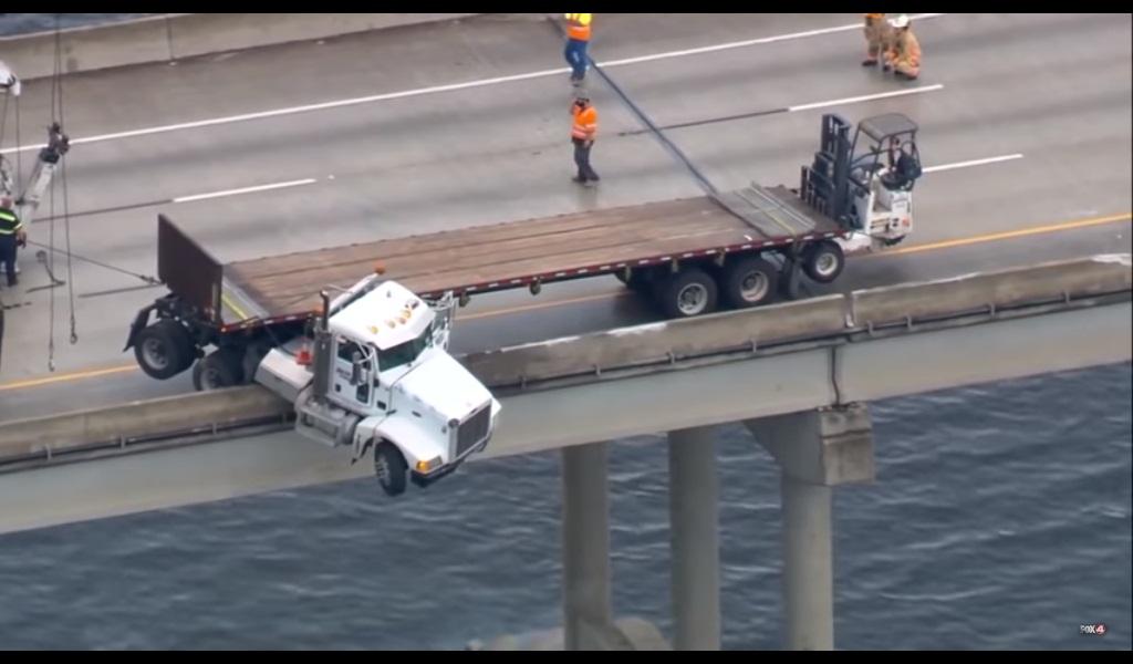 'VÍDEO' ¡Impactante! Camión queda colgando de un puente sobre un río