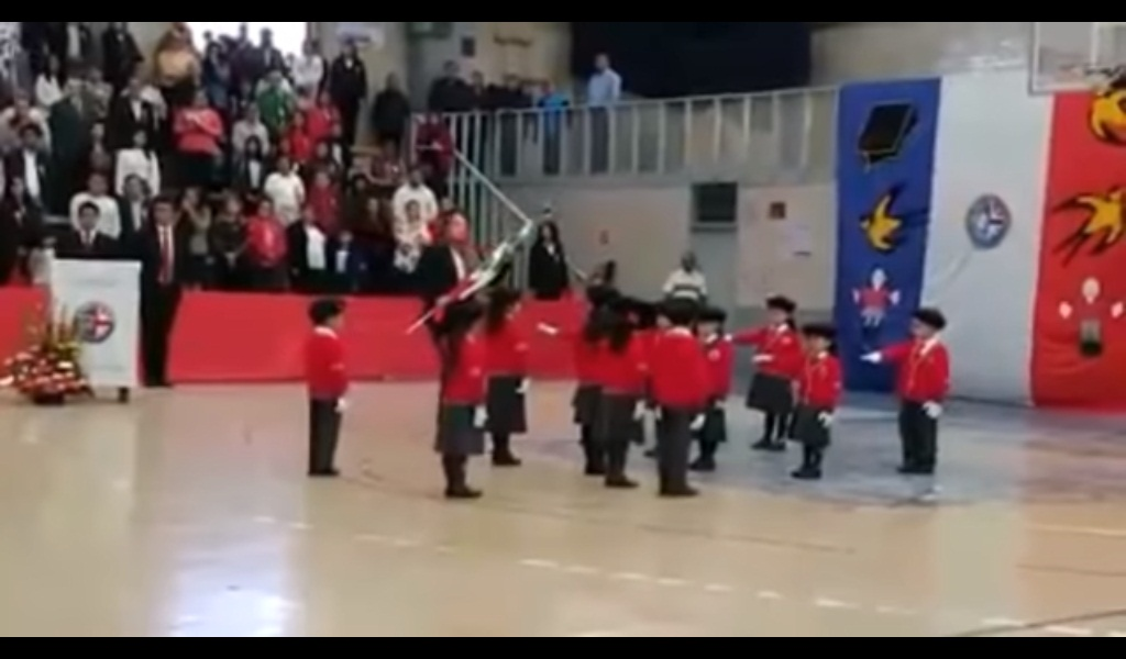 'VÍDEO' Profesora pasa horrible vergüenza durante un desfile escolar