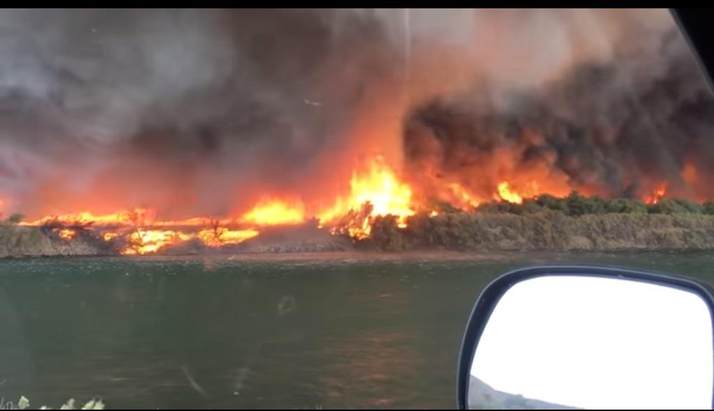 'VÍDEO' Aterrador tornado de fuego con humo tóxico negro