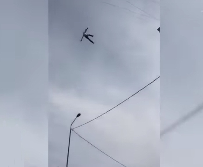 'VÍDEO' Hombre muere en Rusia al caer de un cable de alta tensión