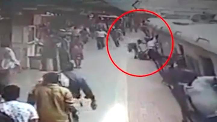 VIDEO. Mujer queda atrapada en tren y es arrastrada por la estación.