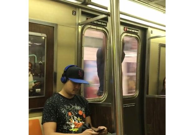 'VÍDEO' Las puertas del tren se cerraron, pero eso no fue de impedimento para llegar a su destino