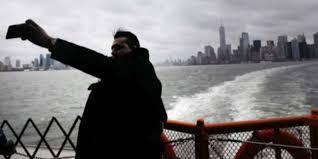 VIDEO: Un hombre resbala a un precipicio al intentar tomarse una ambiciosa selfie
