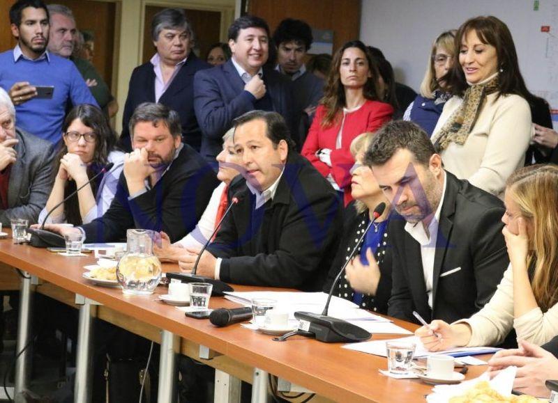 Opositores repudian el decreto de Macri que recortara asignaciones