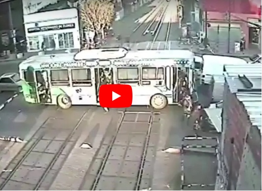 VIDEO. Un tren por poco embiste a un bus repleto de pasajeros en Argentina
