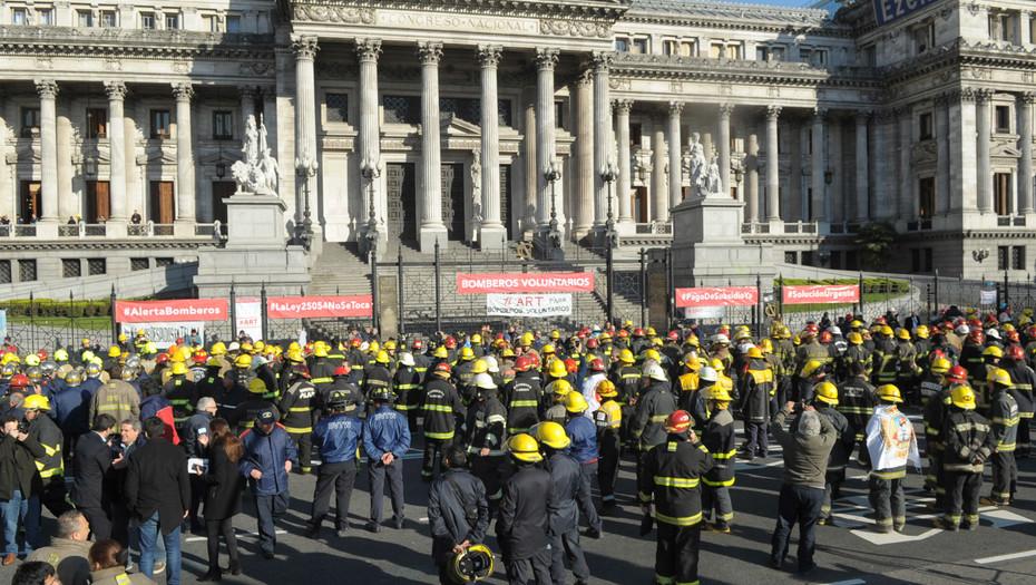 Bomberos se levantan en protesta contra el recorte de 614 millones de dolares. Argentina
