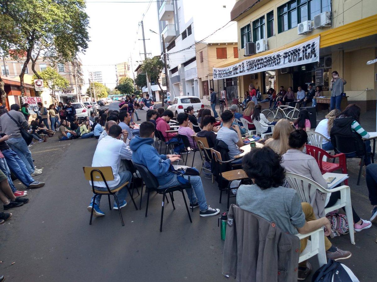 Argentina: Continúan las clases universitarias en zonas públicas como medida de protesta