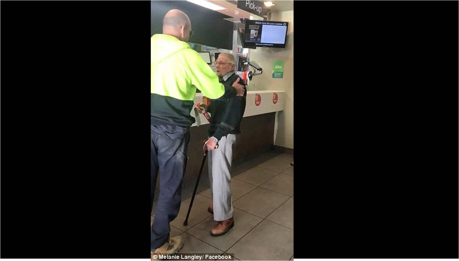Hombre generoso le compra comida a un anciano que no conocía.