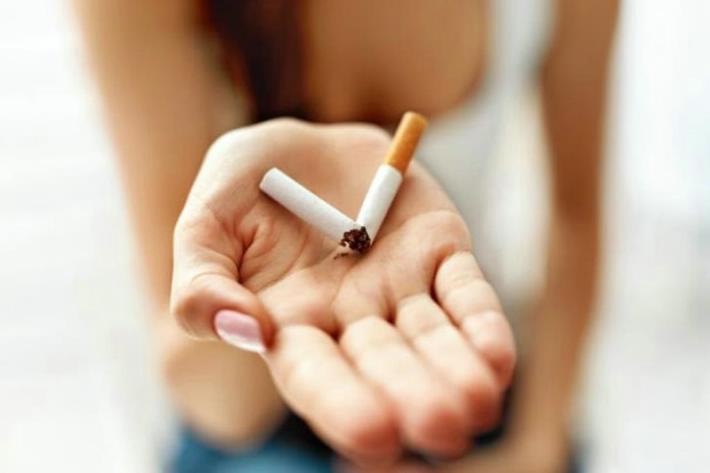 Estudio: Dejar de fumar puede provocar aumento de peso pero reduce riesgo de muerte