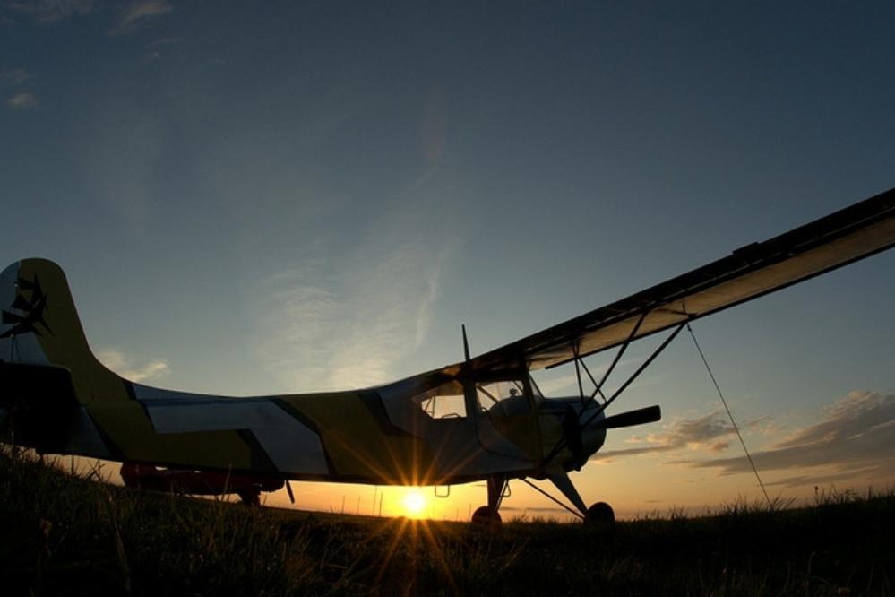 VIDEO. Rescatan a piloto  antes de que su avión se hundiera.