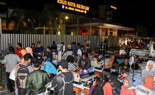 Un fuerte sismo sacude Indonesia y causa fuertes estragos en sus edificaciones