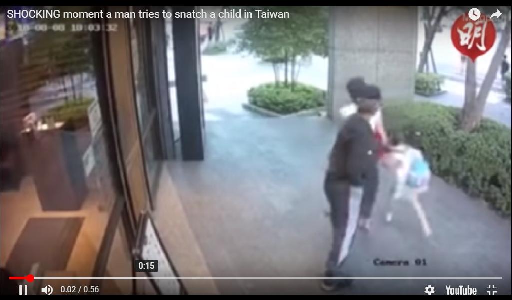 VIDEO: Intenta robar un bebe y se feroz madre la de su merecido
