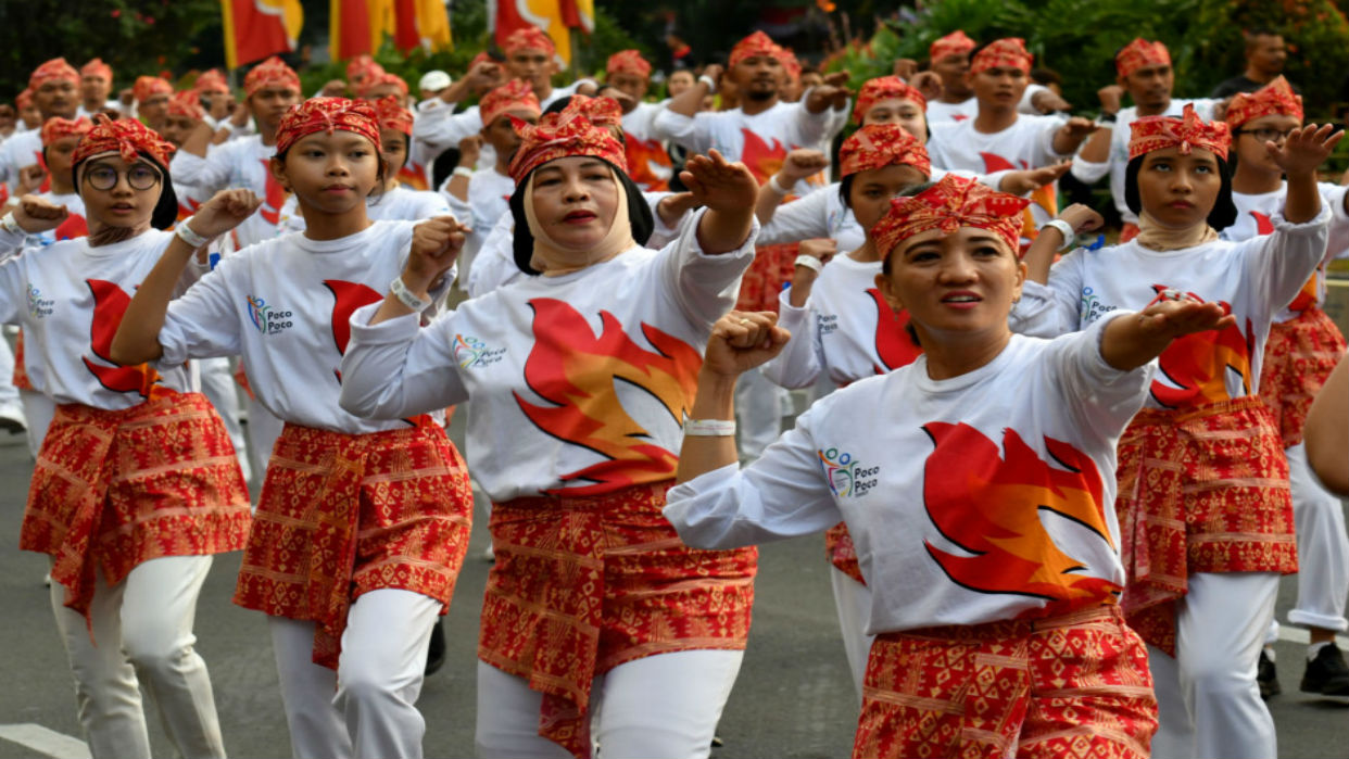 """VIDEO. 65.000 bailarines baten récord en Indonesia a ritmo de la danza """"poco-poco"""""""