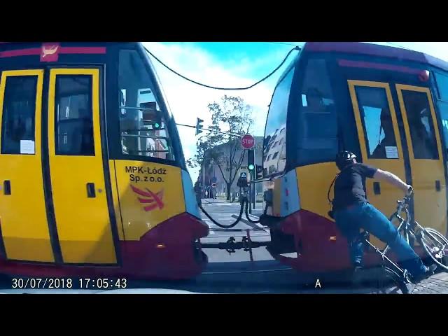 VIDEO. Ciclista se pasa la luz y se estampa contra tranvía.