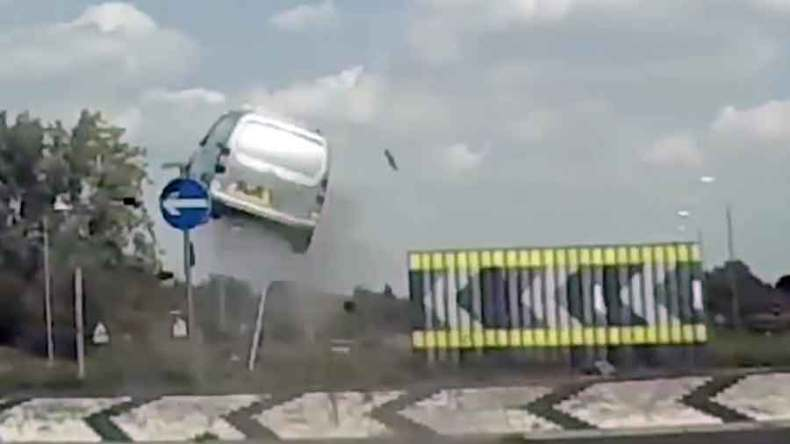 VIDEO.Furgoneta sale volando fuera de la carretera
