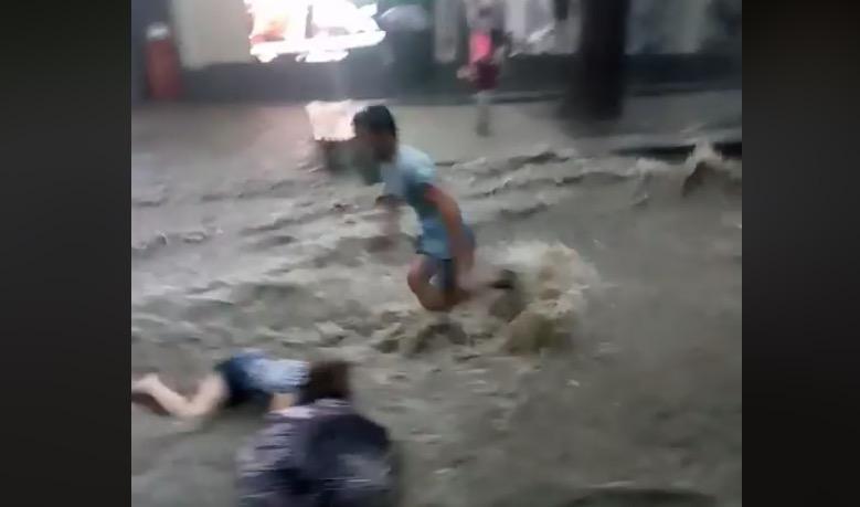 VIDEO. Mujer Rusa es arrastrada por fuertes lluvias.