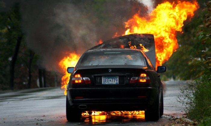 VIDEO.Coche arrastra moto y se prende en llamas.