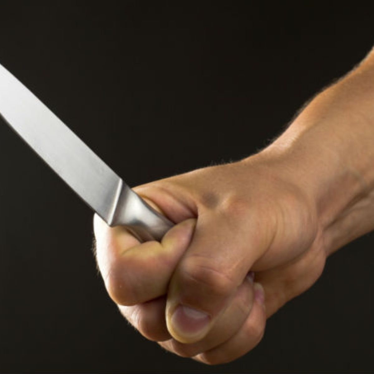 Se clavo un cuchillo de 20 cm para salvar su vida.