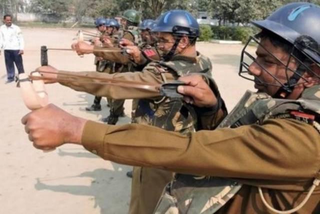 """VIDEO: Policías de la India gritan """"Bang, Bang"""" en un tiroteo después de que su arma no pudiera disparar más"""