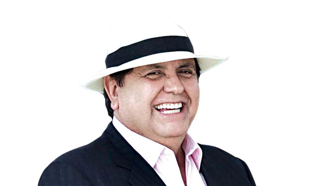 Alan García entrega su pasaporte a la fiscalía y dice que seguirá con su vida política