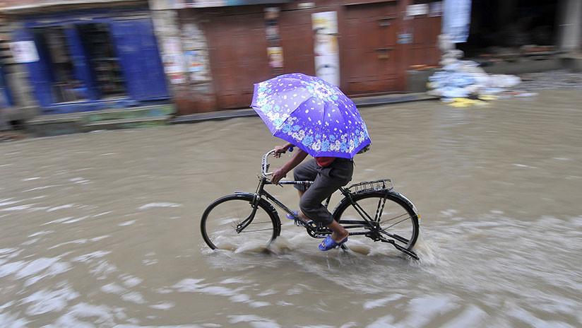 Hombre muere al ser sorprendido por una gran corriente de agua y el se niega a soltar su bici