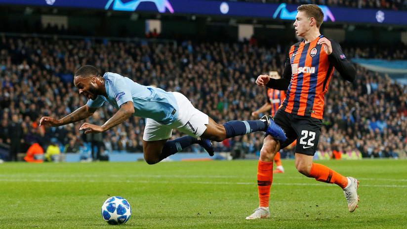 Video: Internautas se burlan del surrealista penalti regalado al Manchester City en la Champions