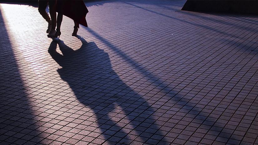 Video: Un espeluznante suceso de cómo este hueco se traga a una mujer