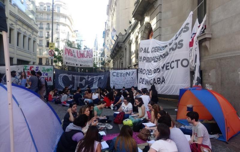 Argentina: Después de la marcha de antorchas en repudio a Unicaba, acampe hasta la votación del jueves