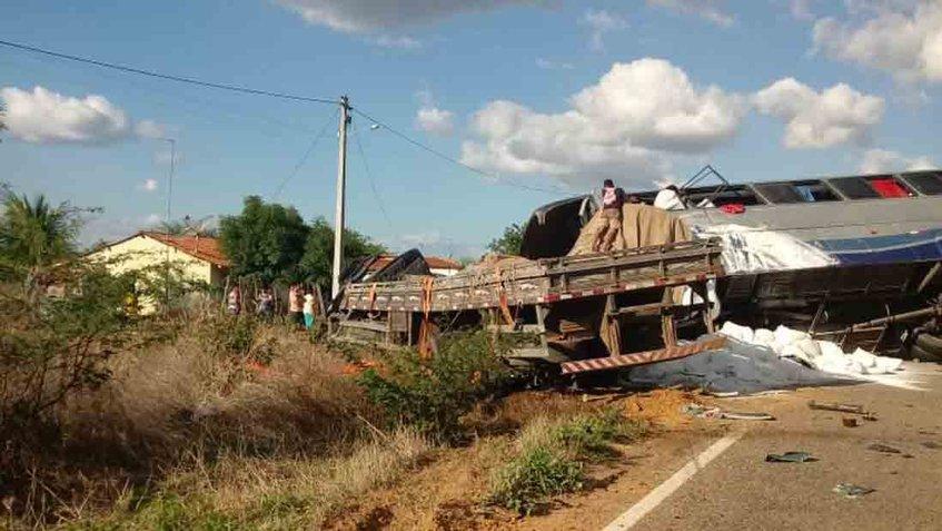 Choque automovilístico deja al menos 5 muertos y 25 heridos