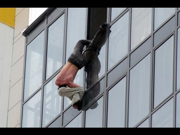 Amante cae desnudo de un edifico tratando de escapar al ser descubierto